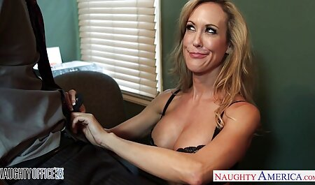 Webmodelul filmând șapca fiind lenjerie sexy femei tăiat de aproape și mângâindu-l