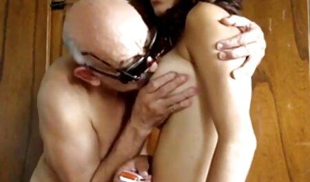 Kralya young îi place penisul lenjerii sexi gros în fund.